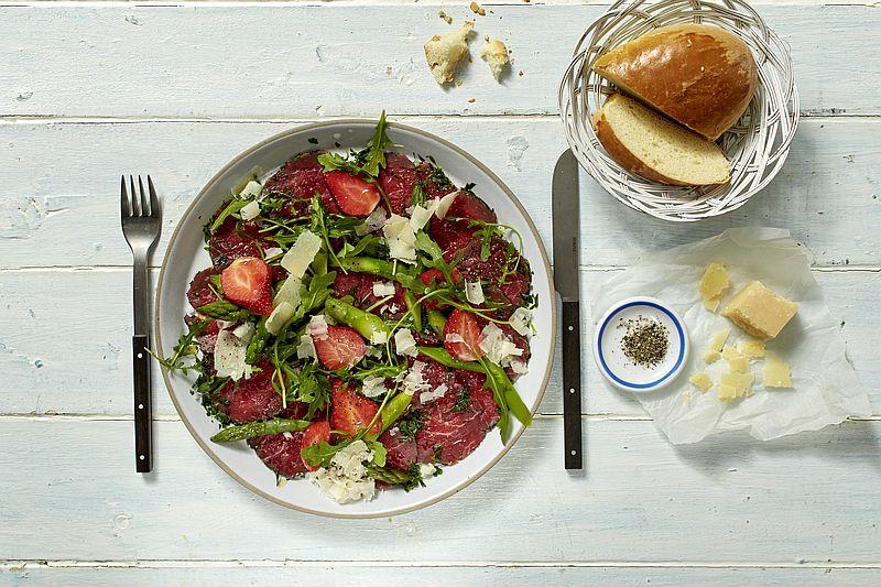 Rezept: Carpaccio mit Rucola, Erdbeer-Spargelsalat und Parmesan