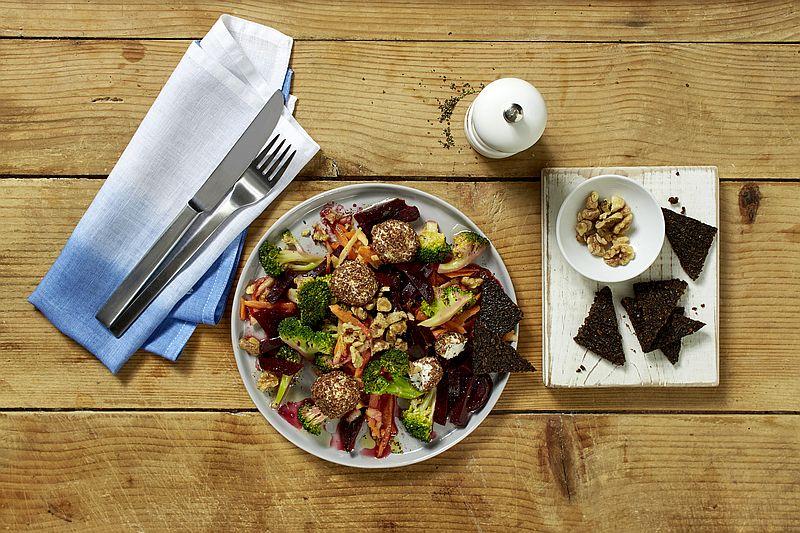 Rezept: Rote-Bete-Salat mit Brokkoli, Möhre, Apfel, Frischkäse-Bällchen und Pumpernickel