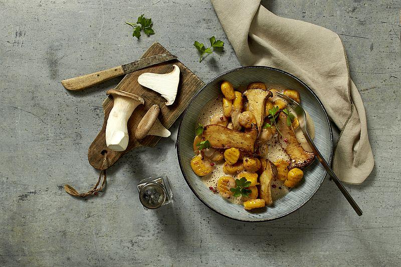 Rezept: Kürbis-Kartoffel-Gnocchi mit gebratenen Steinpilzen