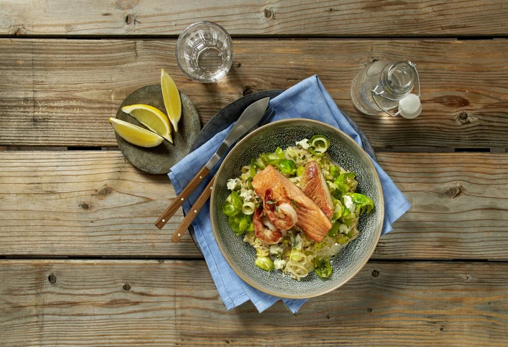 Rezept: Vollkorn-Risotto mit Rosenkohl, Porree, gebratenen Garnelen und Fisch