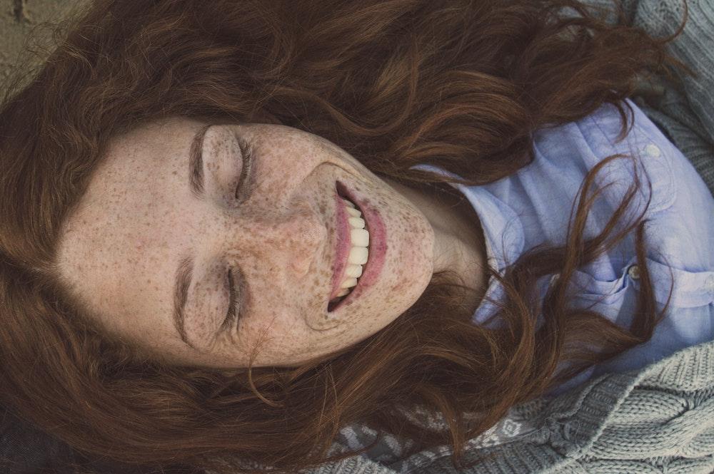 Gesichtsyoga: Die besten Übungen für strahlende und straffe Haut