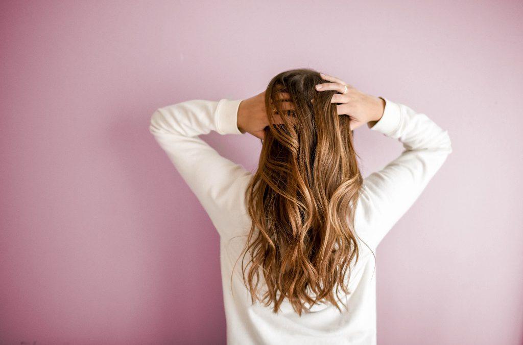 Lange Haare wachsen lassen: Die richtige Pflege von innen und außen